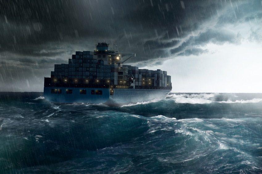 Контейнеровоз с нержавейкой попал в шторм